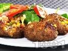 Рецепта Пълнени кюфтета от кайма с луканка, хляб, кашкавал, царевица, чушка и кисели краставички на скара